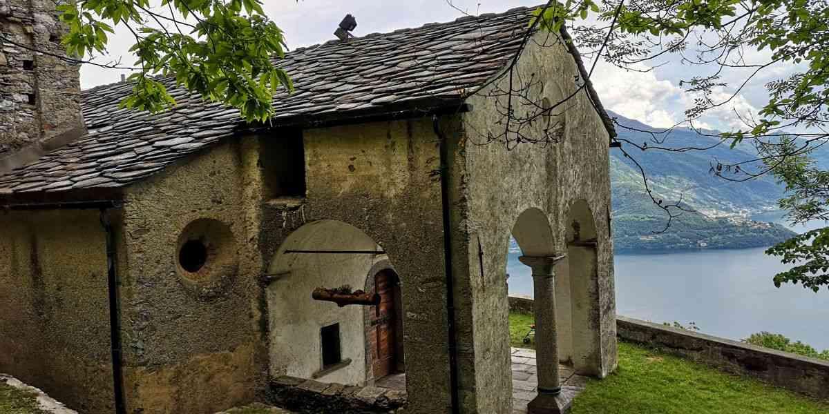 Chiesetta antica sul lago di Como