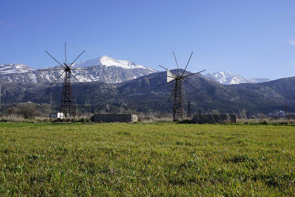 Mulini a vento di Lasithi, sullo sfondo il Monte Dikti