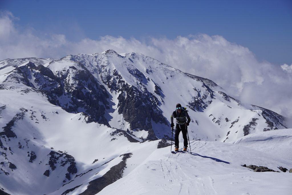 Luciano verso la cima del Dikti, alle spalle la mole del Monte Afentis Christos